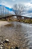 Pont romain au-dessus d'une rivière Image stock