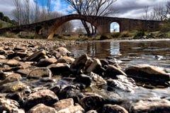 Pont romain au-dessus d'une rivière Photo libre de droits
