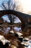 Pont romain au-dessus d'une rivière Photographie stock