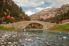 Pont roman dans la vallée de Bujaruelo, XIII siècle sur le Th photographie stock libre de droits