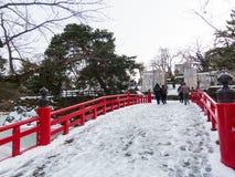 Pont rouge au château de Hirosaki images libres de droits