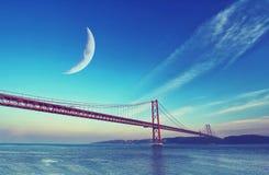 Pont rouge au coucher du soleil, Lisbonne, Portugal Images libres de droits