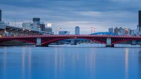 Pont rouge au-dessus de rivière Image stock