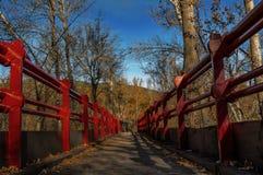 Pont rouge au-dessus de rivière de Lozoya images libres de droits