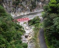 Pont rouge avec des montagnes en parc national de Taroko, Taïwan Photo libre de droits