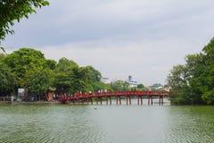 Pont rouge dans le lac Hoan Kiem, ha de NOI, Vietnam photo stock