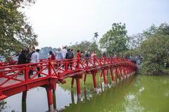 Pont rouge dans le lac Hoan Kiem, ha de NOI, Vietnam photographie stock