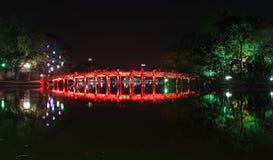 Pont rouge dans le lac Hoan Kiem la nuit image stock