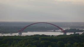 Pont rouge dans le lever de soleil d'été banque de vidéos