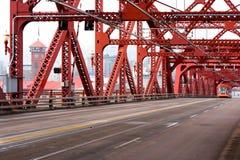 Pont rouge de Broadway au-dessus de rivière de Willamette dans l'esprit de centre de Portland Images stock