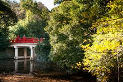 Pont rouge de tombeau de jinja de Hikawa, Omiya, Saitama, Japon Photographie stock
