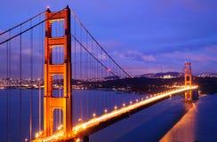 Pont rougeoyant en porte d'or au crépuscule Photographie stock