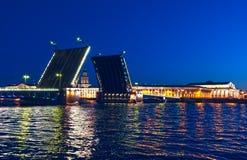 Pont séparé de palais à travers la rivière Neva Photographie stock libre de droits