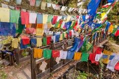 Pont saint avec les drapeaux colorés de prière Photographie stock libre de droits