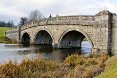 Pont simple au-dessus d'une rivière dans Oxfordshire Photo libre de droits