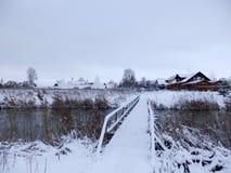 Pont sur la rivière de kamenka dans Suzdal en hiver photos libres de droits