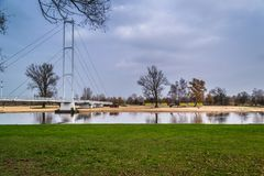 Pont sur la rivière Warta dans la ville de Sieradz, Pologne Image stock