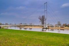 Pont sur la rivière Warta dans la ville de Sieradz, Pologne Photos libres de droits