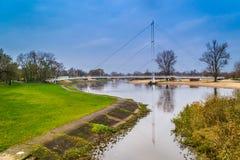 Pont sur la rivière Warta dans la ville de Sieradz, Pologne Photo stock