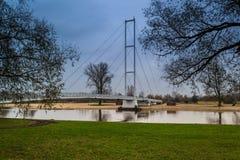 Pont sur la rivière Warta dans la ville de Sieradz, Pologne Images libres de droits
