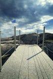 Pont sur le contre-jour de falaise Image stock