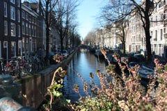 Pont sur un des canaux de touristes historiques d'Amsterdam image libre de droits