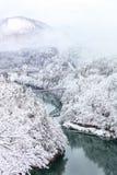 Pont sur une rivière avec la montagne de neige, Fukushima Image libre de droits