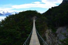 Pont suspendu à l'intérieur du parc national de Torres del Paine, Chili Photographie stock libre de droits