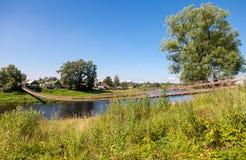 Pont suspendu à travers la rivière Msta Image libre de droits