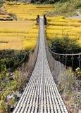 Pont suspendu accrochant de corde au Népal Images stock