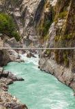 Pont suspendu accrochant en montagnes de l'Himalaya, Népal Photos stock