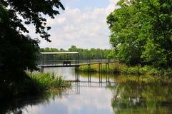 Pont suspendu au-dessus de l'eau chez Horton Slough photos stock
