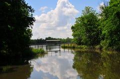 Pont suspendu au-dessus de l'eau chez Horton Slough photo libre de droits