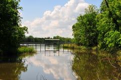 Pont suspendu au-dessus de l'eau chez Horton Slough photo stock