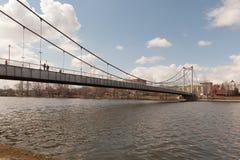 Pont suspendu au-dessus de la rivière Photographie stock libre de droits