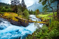 Pont suspendu au-dessus de la rivière de montagne, Norvège Photographie stock
