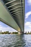 Pont suspendu au-dessus de petit groupe d'Ada Girder Lower Framework Grid - Photo libre de droits