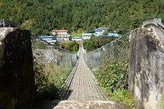 Pont suspendu dans Phakding, voyage de camp de base d'Everest, Népal photo libre de droits