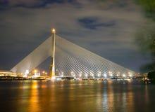 Pont suspendu de déséquilibre de pont de Rama 8 au-dessus du Chaophraya Ri photo libre de droits