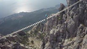 Pont suspendu de marche d'homme à croiser en Crimée Ay Pétri clips vidéos
