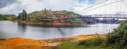 Pont suspendu en bois dans Guatape, Colombie Photographie stock