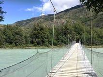 Pont suspendu en parc national de Torres del Paine dans le Patagonia, Chili Photo libre de droits