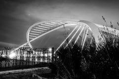 Pont suspendu moderne pendant la nuit Images stock