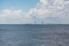 Pont suspendu sous des nuages de tempête Image stock