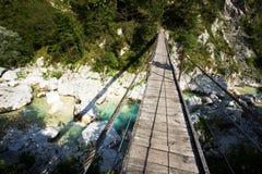 Pont suspendu sur la rivière de Soca Photos stock