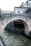Pont tordu à Mostar Photos libres de droits