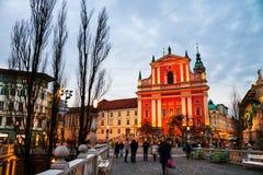 Pont triple avec l'église et vieux bâtiments célèbres à Ljubljana, Slovénie photographie stock