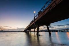 Pont vers la mer au lever de soleil, port Phuket Thaïlande, lo de chalong photo stock
