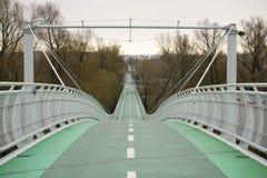 Pont vert en vélo au ciel vers le bas Image libre de droits