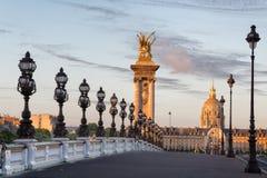 Pont vide d'Alexandre III à Paris pendant le début de la matinée Photos libres de droits